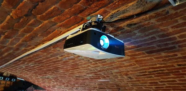 projektor-1-600x296
